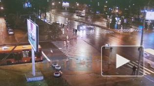 """Иномарка влетела в """"Оку"""" и отбросила ее на пешеходный переход на юго-западе Петербурга"""