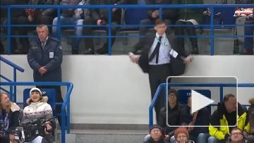 """Секьюрити танцует на матче """"Амура"""""""