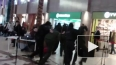 В ТЦ Петербурга певцы в военной форме исполнили песню, ...