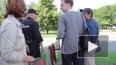 Мужчина с баклажкой боролся с трезвостью у Смольного
