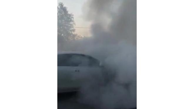На Киевском шоссе горящий автомобиль создал восьмикилометровую пробку