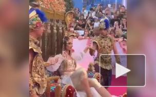 Ольга Бузова появилась на красной дорожке премии МУЗ ТВ в окружении верблюдов и нукеров