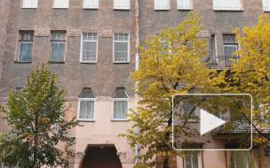 В парадной доходного дома на Зверинской историческую плитку заменяют современной
