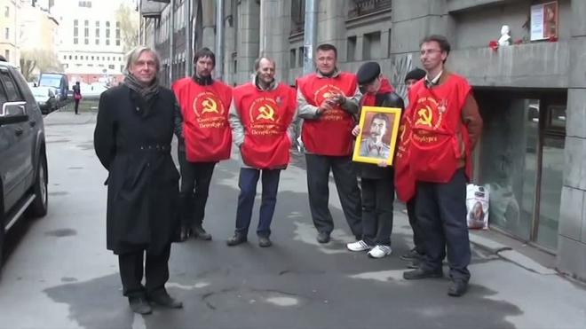 Коммунисты установили в центре города бюст Сталина