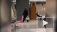 Видео, где мужчина тащит по полу за капюшон дочь в розов...