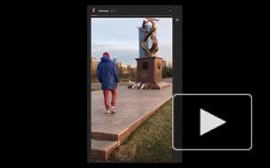 В сети появилось видео, как парень дарит девушке цветок с памятника участникам ВОВ в Красноярске: СК начал проверку