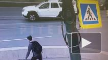Видео: на Ушаковском мосту Nissan подмял под себя велосипедиста