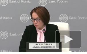 В апреле россияне продолжили забирать валюту из банков