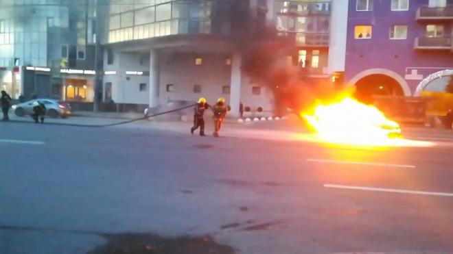 Видео: На Финляндском пожарные эффектно потушили иномарку