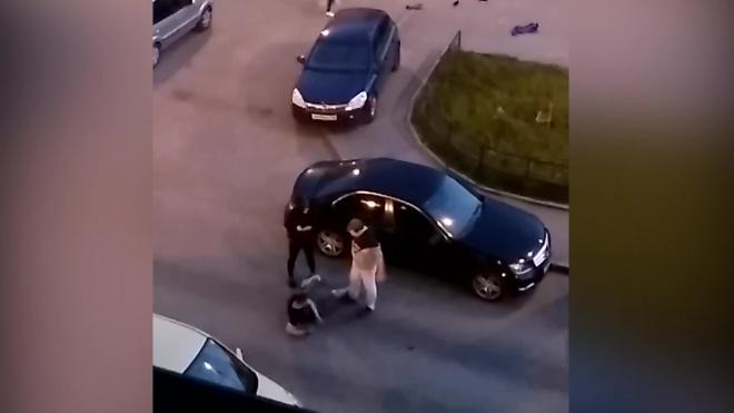 Видео: на Парнасе двое избили пьяного друга