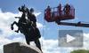 Видео: Две петербурженки помыли Медного всадника
