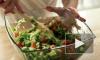 Россиян предупредили о размножающихся в новогодних салатах микробах