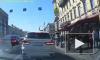 На Невском проспекте хрупкую девушку накрыл дорожный знак