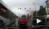 На видео попал водитель из Кемерово, который двигался по трамвайным путям