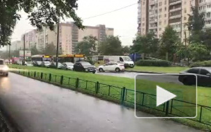 На проспекте Королева из-за ДТП машины вынуждены ездить по газону и тротуару