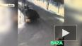 Видео: в Москве КАМАЗ с песком упал на такси