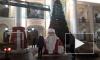 "У станции метро ""Гостиный двор"" установили елку и фигуру Дед Мороза"