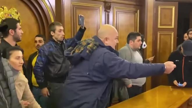 Появилось видео разгрома протестующими здания правительства Армении