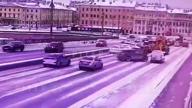 Видео: массовое ДТП на Благовещенском мосту заблокировало проезд