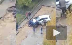 Припаркованный в яме каршеринг в Петербурге вытащили десять человек