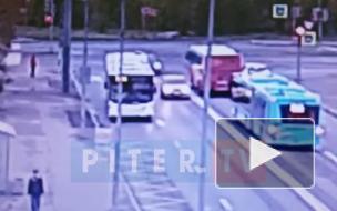 """На мосту Кораблестроителей столкнулись """"Вольво"""" и """"БМВ"""""""
