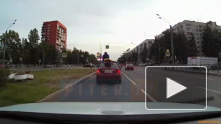 Петербурженка прокатилась на крыше автомобиля в байдарке: видео