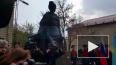 В сквере на Молдагуловой установили памятник Герою ...