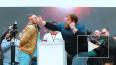 Видео: мужчины лупят друг друга по лицу на фестивале ...