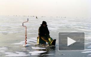 Лед Финского залива трещит под рыбаками-каскадерами