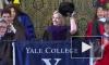 Видео: Хилари Клинтон вышла к выпускникам Йельского университета с шапкой-ушанкой