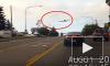 Видео из США: Самолет совершил экстренную посадку на шоссе и остановился на светофоре