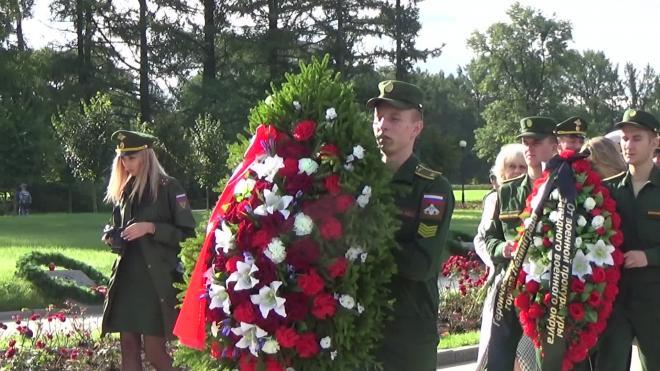 Беглов в День памяти жертв блокады возложил цветы на Пискаревском кладбище