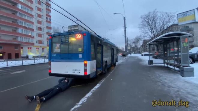 В Петербурге блогера троллейбус протащил по земле целую остановку