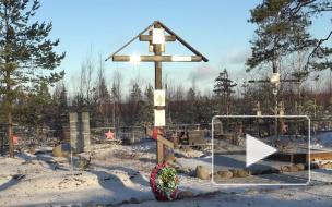 Видео: на торжественно-траурной церемонии в поселке Каменка 80-летняя Мира Костышина перезахоронила своего отца