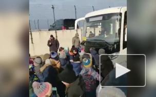 Дети двигают автобус
