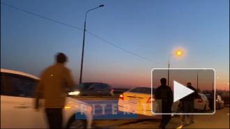 Видео: на Оборонном мосту в Колпино произошло массовое ДТП