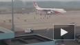 Видео: В Бангладеш мужчина попытался угнать самолет ...