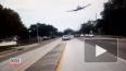 Очевидцы сняли на видео жесткую посадку самолета на авто...