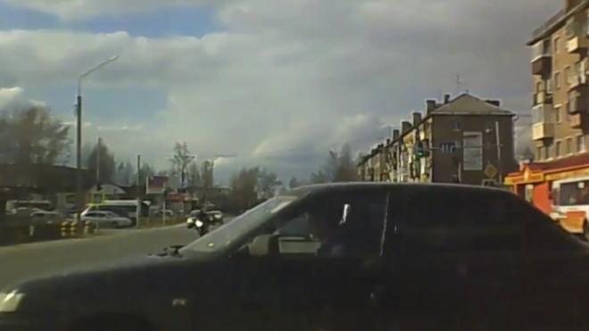 Жесткое видео из Сыктывкара: трассу не поделили мотоцикл и легковушка