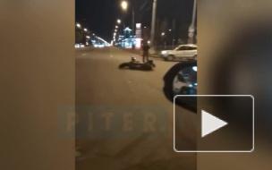 Мотоциклист столкнулся с Hyundai Solaris на северо-востоке Петербурга