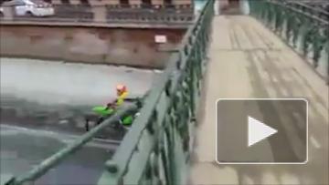 В Петербурге парни на спортивных мотоциклах проехались по льду канала Грибоедова