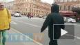 Мужчина остановил автомобильное движение на Невском, ...