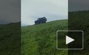 Видео от очевидца: Во Владивостоке джип сорвался с горы, люди вылетели из машины