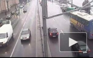 У автобуса на ходу отвалилось колесо на Университетской наб.
