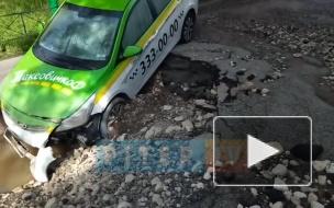 На Бухарестской улице прорвало трубу: машины тонут в кипятке