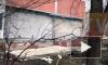 С фасада дома в Невском районе обвалились плиты