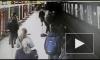 Появилось видео мгновенного спасения ребенка, который упал на пути в метро