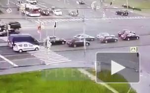 Видео: легковушка заставила другое авто дрифтовать на проезжей части и снести дорожный знак во Фрунзенском районе