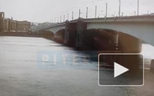 Спасатели вторые сутки ищут мужчину, упавшего с моста Александра Невского