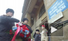 В Петербурге возложили цветы к надписи об артобстреле на Невском, 14